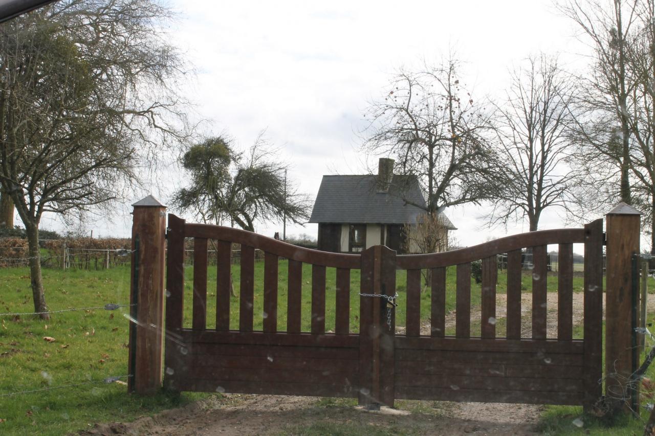 Bois-Guilbert, en face du château